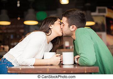 young párosít, csókolózás, alatt, egy, étterem