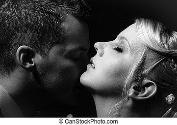 young párosít, csókolózás, alatt, fekete-fehér