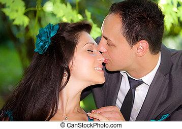 young párosít, csókolózás, egymást