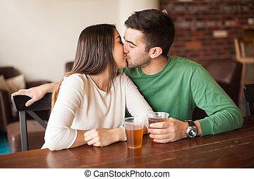 young párosít, csókolózás, gátol