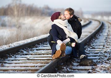young párosít, csókolózás, képben látható, vasút