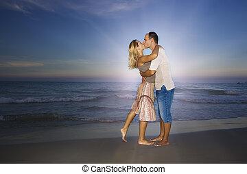 young párosít, csókolózás, közel, a, óceán