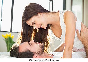 young párosít, having móka, ágyban