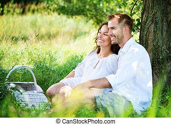 young párosít, having piknikel, alatt, egy, park., vidám család, külső