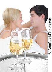 young párosít, ivás, pezsgő, ágyban