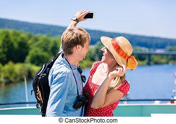 young párosít, képben látható, folyó, cirkálás, alatt, nyár, bevétel, selfie
