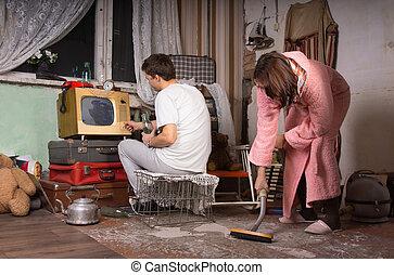 young párosít, takarítás, egy, mocskos szoba