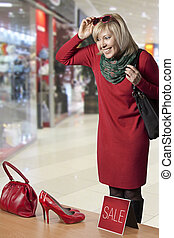 Young woman shopping - Happy woman at a shopping centre ...