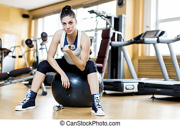 Young woman traiing in the gym