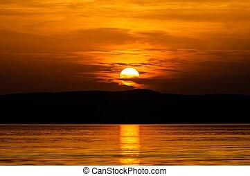 západ slunce, na pláži, s, červené šaty podnebí