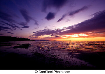 západ slunce, oproti vytáhnout loď na břeh