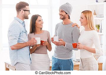 złamanie kawy, chat., grupa handlowych ludzi, w, przemądrzały przypadkowy, nosić, dzierżawa kawa, filiżanki, i, uśmiechanie się, znowu, reputacja, szczelnie do, nawzajem, w, biuro