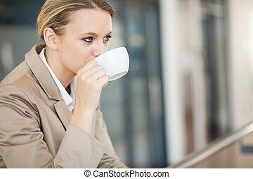 złamanie, kobieta interesu, pijąca kawa, podczas