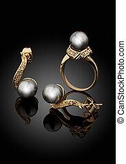 złoty, biżuteria, komplet, z, perły, na, czarne tło, z, odbicie