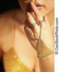 złoty, biżuteria, na, babska ręka