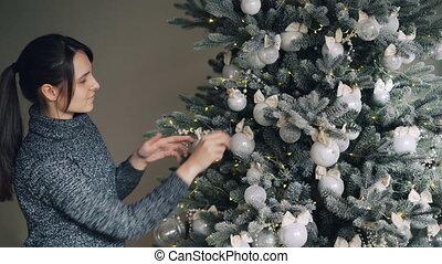 złoty, działalność, kobieta, december., tradycje, ludzie, szykowny, concept., świąteczny, drzewo, młody, srebro, światła, piłki, rok, nowy, dekorowanie, cieszący się, radosny