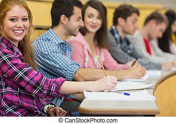 zaal, anderen, scholieren, verticaal, universiteit, opmerkingen, vrouwlijk, lezing, roeien, schrijvende , het glimlachen
