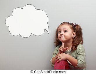 zabawa, myślenie, koźlę, przeglądnięcie do góry, na, idea, chmura, bańka, z, opróżniać, kopiować przestrzeń, na, błękitne tło