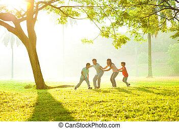zabawa, na wolnym powietrzu, asian rodzina