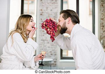 zabawa, razem, szampan grape, jedzenie, bed., para, posiadanie, świeży, szczęśliwy, kochankowie, młody