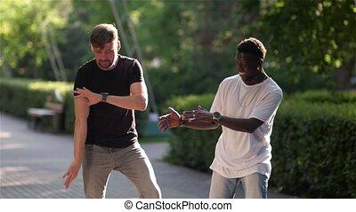 zabawa, taniec, czarnoskóry, mieć, biały, facet, ulica
