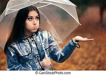 zabawny, dziewczyna, w, przeźroczysty, płaszcz nieprzemakalny