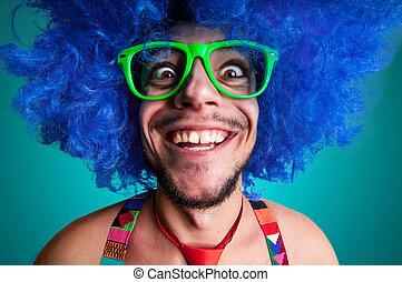 zabawny, facet, nagi, z, błękitny, peruka, i, czerwony węzeł