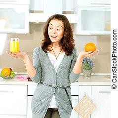 zabawny, kobieta, sok, wybierając, między, pomarańcza, całość, albo