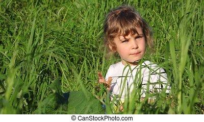 zabawny, mały, łąka, twarze, zrobienie, dziewczyna