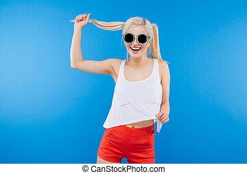 zabawny, uśmiechnięta kobieta, sunglasses