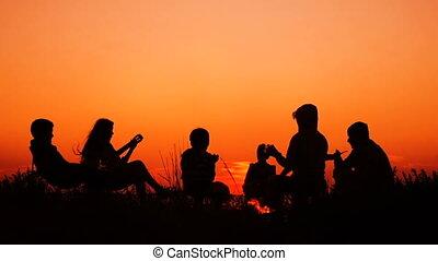 zachód słońca, ludzie, plaża, ognisko obozowe, posiedzenie