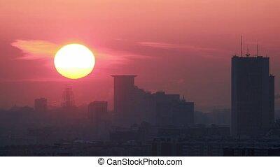 zachód słońca, na, niejaki, nowoczesny, miasto, słońce, w...