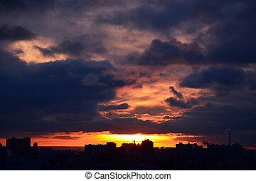zachód słońca, na, przedimek określony przed rzeczownikami, city., burzowy, chmury, tło