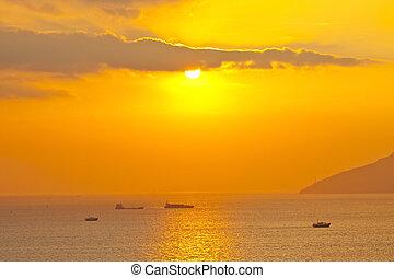 zachód słońca, na, przedimek określony przed rzeczownikami, ocean