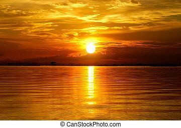 zachód słońca, na, przedimek określony przed rzeczownikami, twilight., piękny, chmury, złoty, sky.