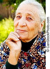 zadowolenie, elegancki, starsza kobieta, uśmiech