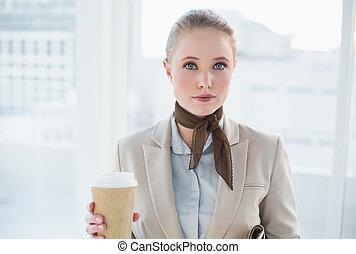 zadowolenie, kobieta interesu, blondynka, holdin