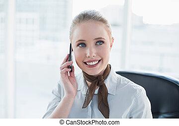 zadowolenie, kobieta interesu, blondynka, telefonowanie