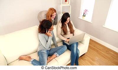 zadowolenie, kobiety, posiedzenie na nachylają