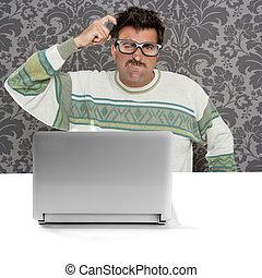 zadumany, laptop, głupi, człowiek, wyrażenie, nerd, okulary