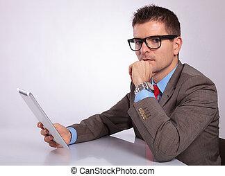 zadumany, tabliczka, młode przeglądnięcie, ty, handlowy, bok, człowiek