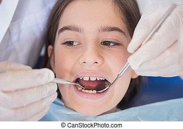 zahnarzt, gebrauchend, dental, forscher, und, winkliger spiegel