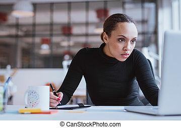 zajęty, młoda kobieta, pracujący, jej, biurko