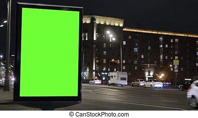 zajęty, wozy, evening., przenosić, ekran, umieszczony, zielony, ulica., tablica ogłoszeń