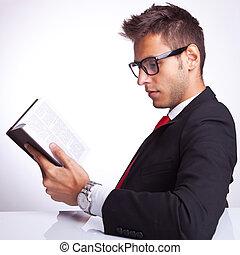 zakelijk, aanzicht, boek, lezende , bovenkant, man