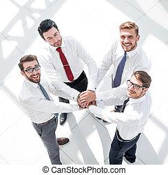 zakelijk, bovenzijde, team, samen, hun, het putten, handen, overzicht.