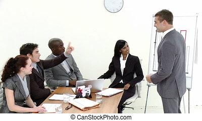 zakelijk, geven, presenation, werknemers, jonge, kerel, man