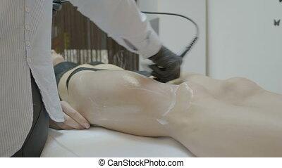 zakelijk, jonge vrouw , relaxen, in, spa, salon, het genieten van, schoonheidsverzorging, therapie, en, anti, cellulite, lymphatic, masseren, met, ultrasound technologie