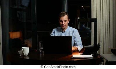 zakelijk, overwork, deadline, en, concept, van, mensen, -, een, man, doorwerken, een, draagbare computer, op, night.