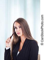 zakelijk, succesvolle , pen, jonge, nadenkend, holdingshanden, vrouw, aantrekkelijk